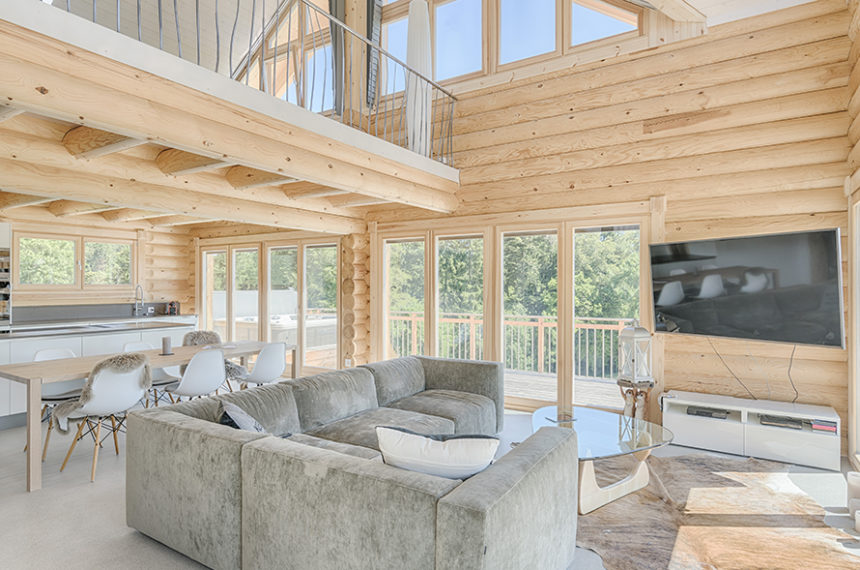 This lovely Honka home with natural country-house charm is located in the Jura mountains, Switzerland. The moment you walk in you can smell the natural wood.