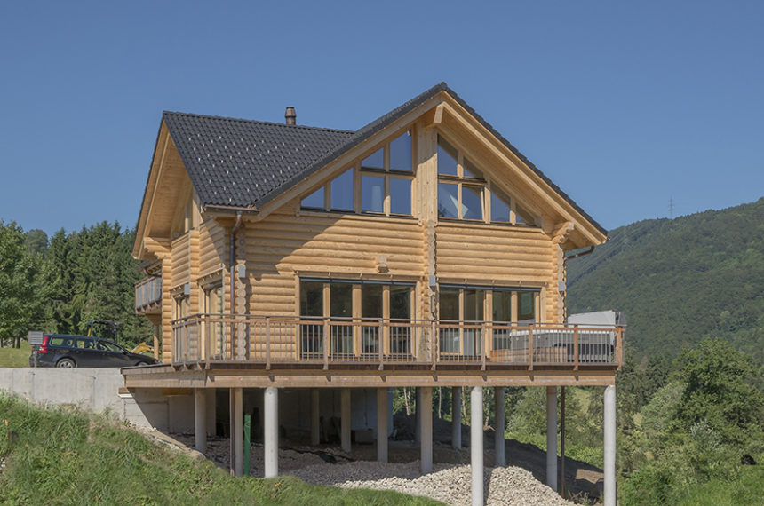 This lovely Honka home with natural country-house charm is located in the Jura mountains, Switzerland.